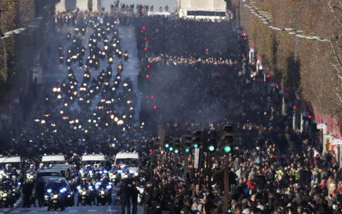 Quelques centaines de milliers de personnes se sont rassemblées sur les Champs-Elysées et autour de l'église de la Madeleine, samedi.