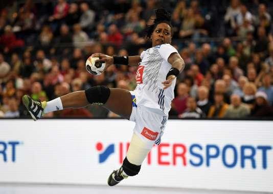 Les Françaises (ici la pivot Laurisa Landre) arrivent en demi-finale en pleine forme grâce à la richesse de leur effectif.