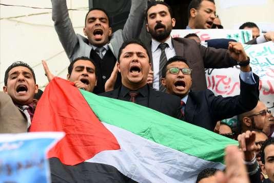 Des avocats égyptiens brandissent le drapeau palestinien, durant une manifestation pour protester contre la décision du président Trump, au Caire, le 10 décembre.