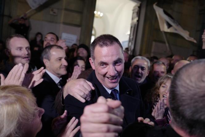 Le leader de la liste nationaliste « Pè a Corsica », Gilles Simeoni, fête sa victoire avant même les résultats officiels des élections territoriales, le 10 décembre 2017 à Bastia.