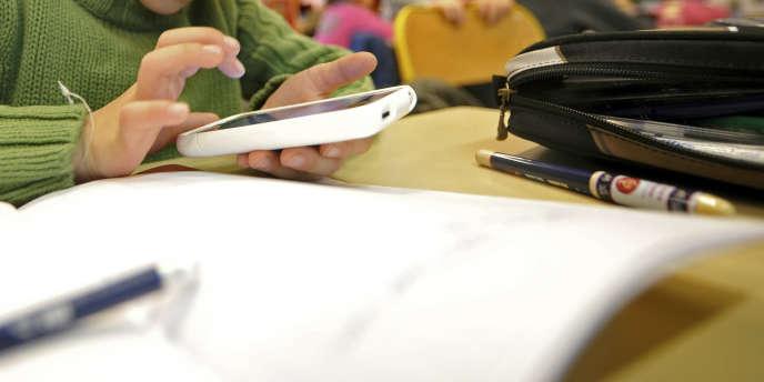 De nombreux enseignants s'alarment du «fléau» et de la «guerre sans fin» que représentent les portables à l'école.