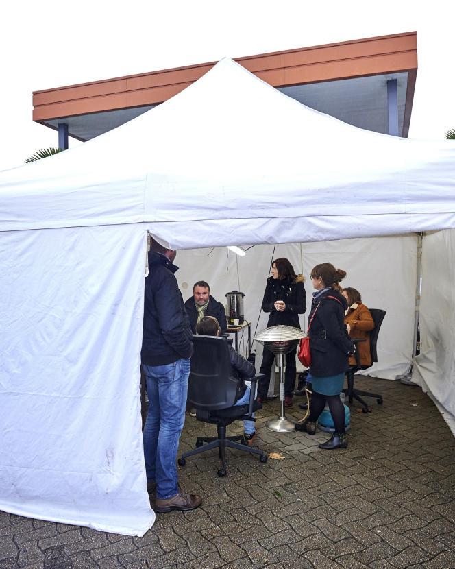 Tente accueillant les grevistes du centre hospitalier de Rennes, le 7 décembre.