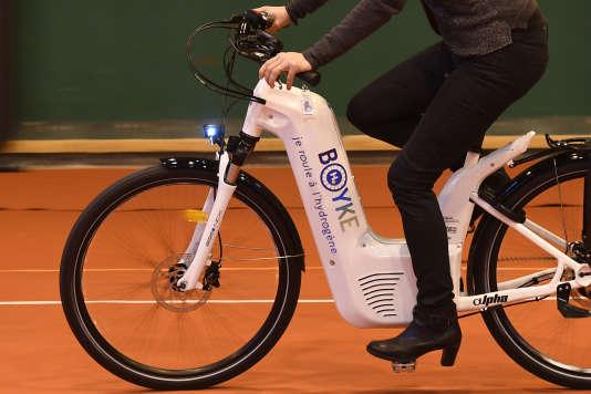 Ces vélos, qui pèsent 25kilogrammes, soit le poids d'un vélo électrique classique, se rechargent en hydrogène « en moins de deux minutes».