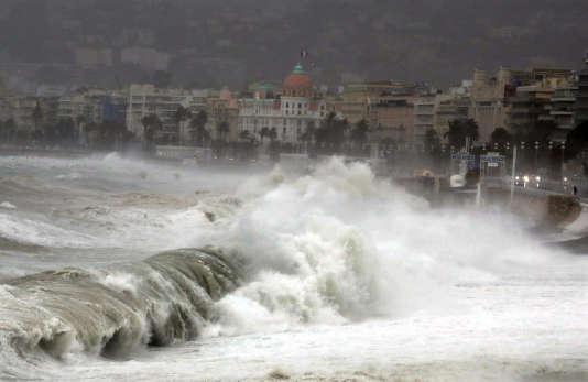 Tempête Ana: 50000 foyers privés d'électricité, 5 départements en alerte orange