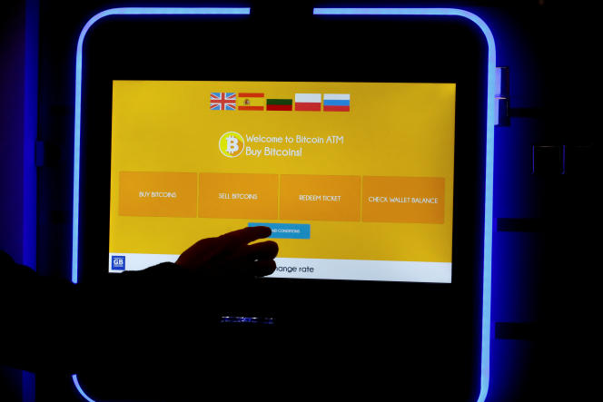 Un terminal d'achat de bitcoins à Vilnius, le 8 décembre.