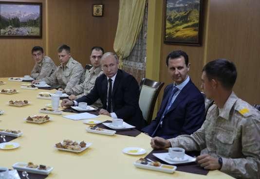 Le président russe, Vladimir Poutine, en présence de Bachar Al-Assad, le 11décembre, sur la base militaire russe de Hmeimim.