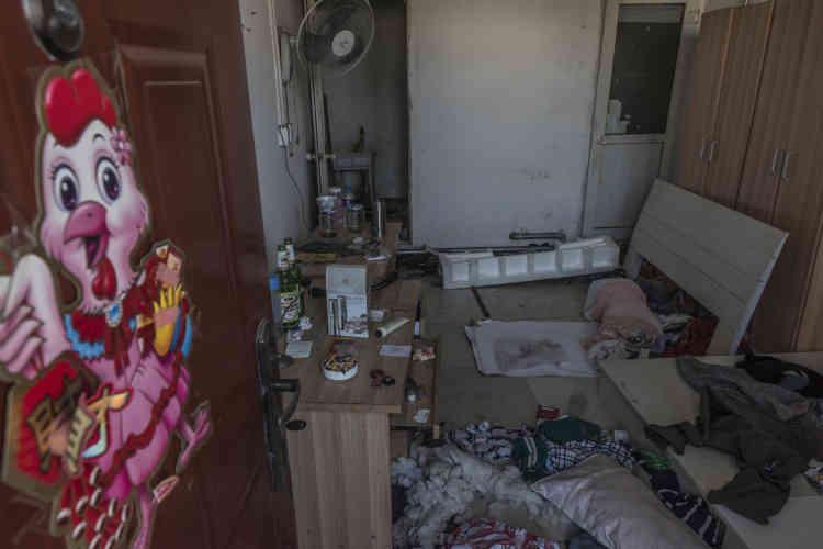 Une chambre abandonnée à la hâte par des ouvriers migrants dans le «village urbain» de Xinjian, au sud de Pékin. A la suite d'un incendie meurtrier, le 18novembre, la police a donné aux habitants de Xinjian, essentiellement des ouvriers migrants, quarante-huit heures pour quitter leurs logements.