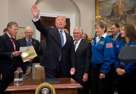 Donald Trump entouré d'astronautes lors de la signature de la directive.