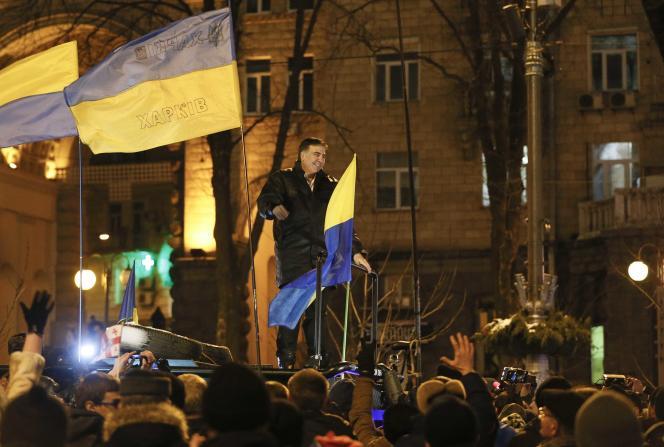 Mikheïl Saakachvili avec ses supporteurs à sa sortie du tribunal de Kiev.