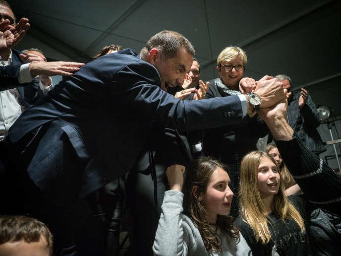 Gilles Simeoni, leader de la liste nationaliste Pè a Corsica aux élections territoriales, célèbre sa victoire avec ses partisans, le 10 décembre 2017, sous un chapiteau sur la place du marché de Bastia.