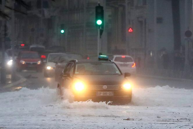 Une rue innondée de Nice lundi 11 décembre.