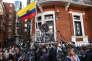 Julian Assange s'adresse à la presse depuis le balcon de l'ambassade d'Equateur à Londres le 19 mai.
