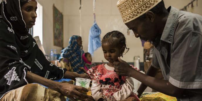 Au Somaliland, à Borama, Dagan Qaalib, 4 ans, entourée de ses parents, a été hospitalisée pour malnutrition.