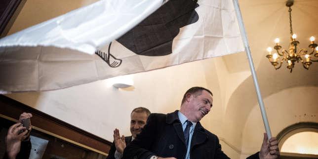 Le leader de la liste nationaliste « Pè a Corsica », Gilles Simeoni, fête sa victoireaux élections territoriales, le 10 décembre 2017 à Bastia.