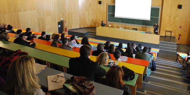 Un cours dans un amphithéâtre de l'IUT de Nîmes.