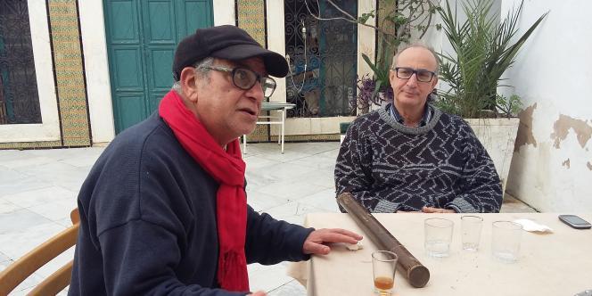 Mohamed Bennani (écharpe rouge), chez lui, dans le quartier de Bab Menara, à Tunis.