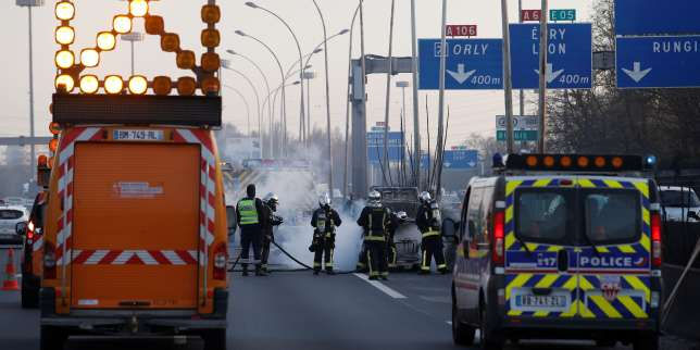 Firefighters and police work at the site of a car accident on a motorway near Paris on March 14, 2017. / AFP PHOTO / GEOFFROY VAN DER HASSELT