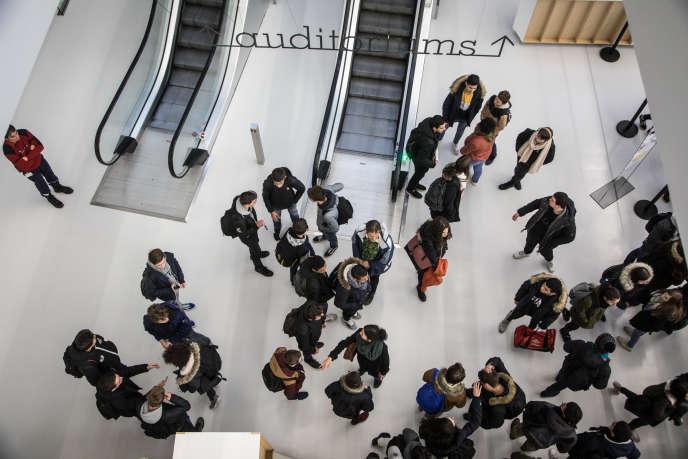 Lycéens et étudiants arrivent au Centre Prouvé, à Nancy, pour le lancement de la deuxième saison d'O21.