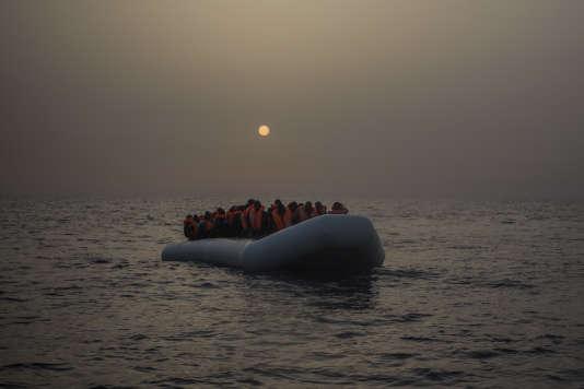 Des migrants, au large des côtes libyennes en février 2017.