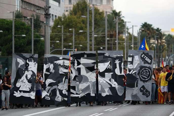 Des étudiants manifestent à Barcelone, le 28 septembre, brandissant une représentation de « Guernica », de Picasso, symbole de la répression franquiste.