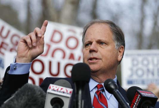Doug Jones, 63ans, candidat du Parti démocrate se pose en «candidat de la raison».