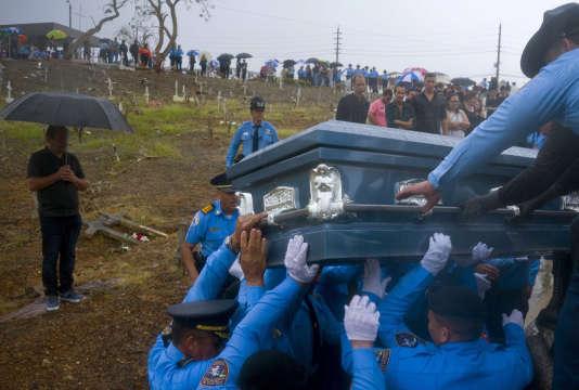 Lors de l'enterrement d'un policier victime de l'ouragan Maria, en septembre 2017, à Aguada.