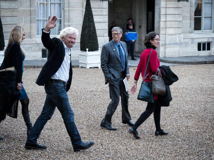 Les hommes d'affaires britannique Richard Branson et américain Bill Gates à la sortie de l'Elysée le 12 décembre après une rencontre avec le président Emmanuel Macron.