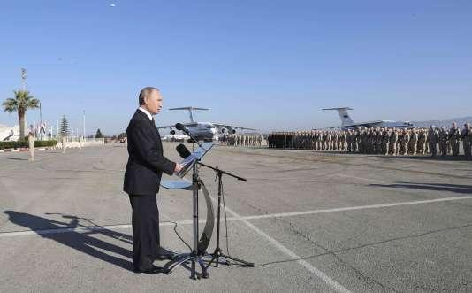 Le président russe Vladimir Poutine sur la base aérienne de Hmeimim (Syrie), le 11décembre.
