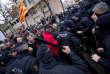 Heurts entre policiers catalans et manifestants opposés à la restitution des œuvres du monastère aragonais de Sijena, devant le musée de Lérida en Catalogne, le 11 décembre.