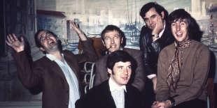 Les Monty Python à leurs débuts (de gauche à droite) : John Cleese, Michael Palin (devant), Graham Chapman (derrière), Terry Jones et Eric Idle. Le discret Terry Gilliam n'apparaît pas sur la photo. Peut-être la prend-il?