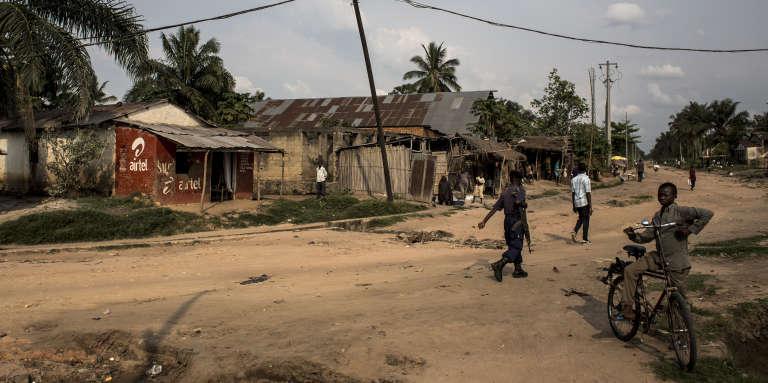 Un soldat patrouille dans la commune semi-rurale de Nganza, en République démocratique du Congo, le 19octobre 2017.