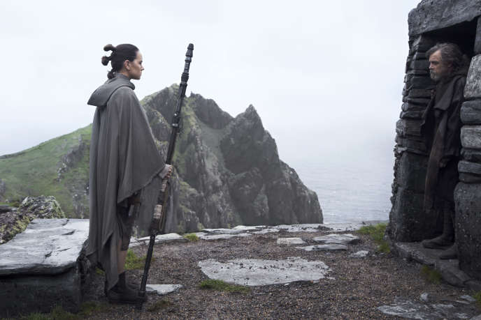Rey (Daisy Ridley) face à Luke Skywalker (Mark Hamill) dans « Star Wars : les Derniers Jedi », de Rian Johnson.