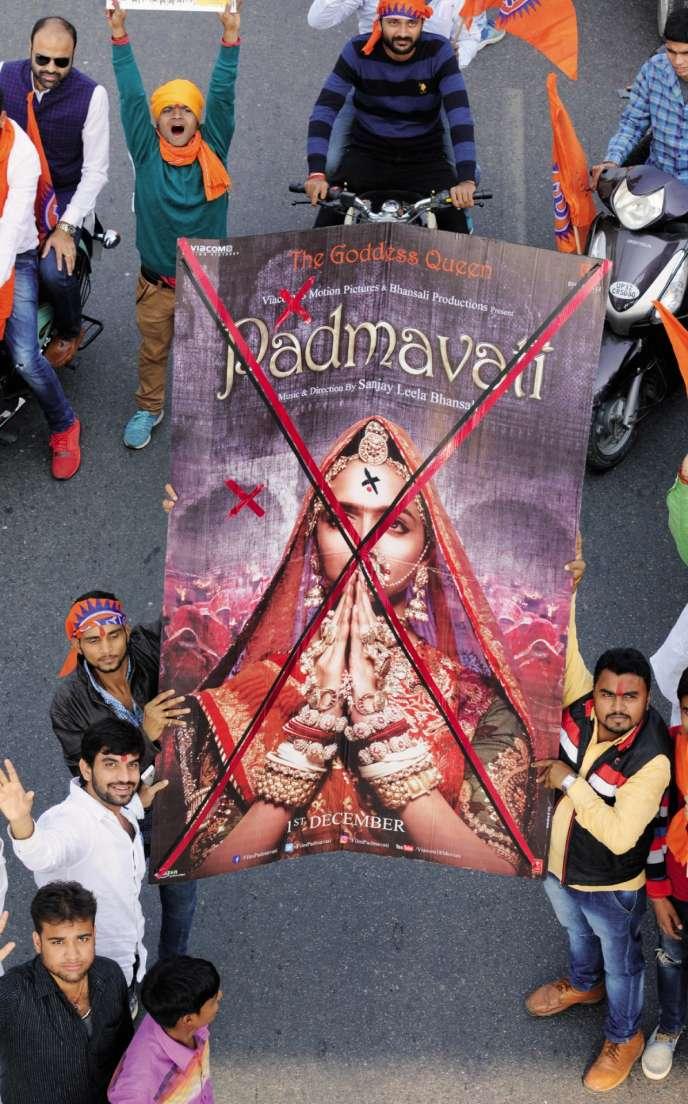 Les intégristes hindous ont organisé de violentes manifestations contre le film de Sanjay Leela Bhansali et son actrice Deepika Padukone (ici, à Lucknow, dans l'Uttar Pradesh, le 30 novembre).