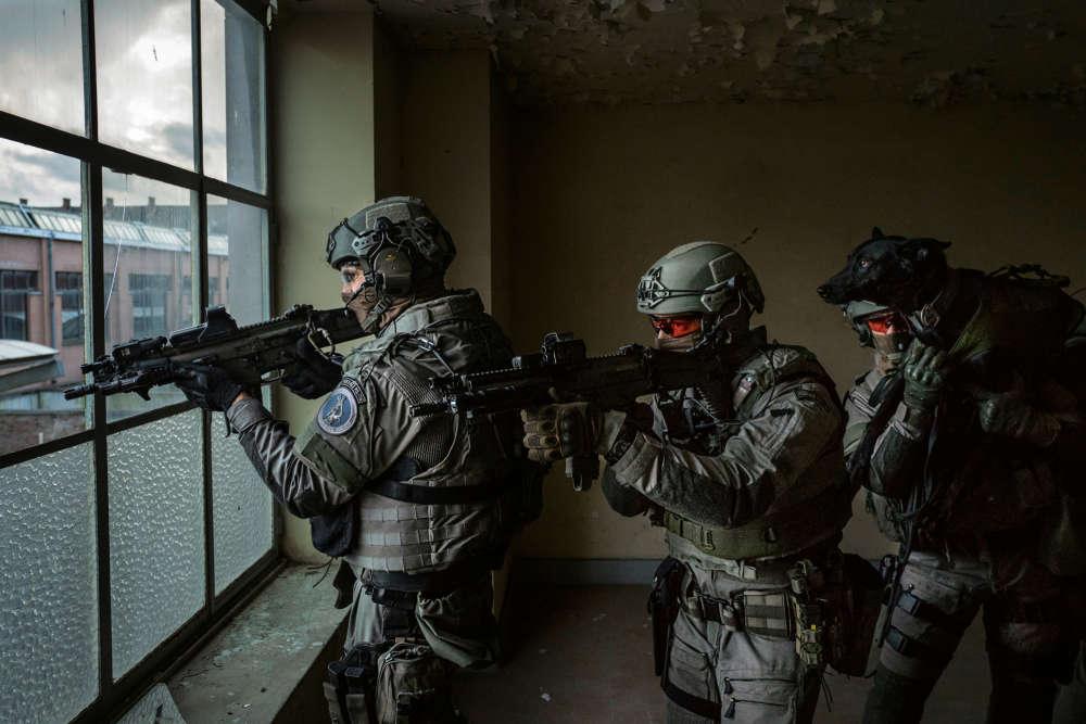 Bruxelles, le 8décembre 2017, 16 h 40. C'est un «exercice de progression» qui se déroule sousl'objectif de Cédric Gerbehaye. Le photographe a suivi les membres de l'équipe d'intervention des unités spéciales de la police belge, l'équivalent duRAID français, lorsd'un entraînement dans un bâtiment désaffecté. Ce sont ces forces qui ont participé à l'interpellation de Salah Abdeslam à Molenbeek, le18mars 2016. Seul survivant ducommando qui a perpétré les attentats du 13novembre 2015 à Paris, il sera jugé du18au 22décembre à Bruxelles, pour avoir ouvert le feu sur les policiers quelques jours avant son arrestation.