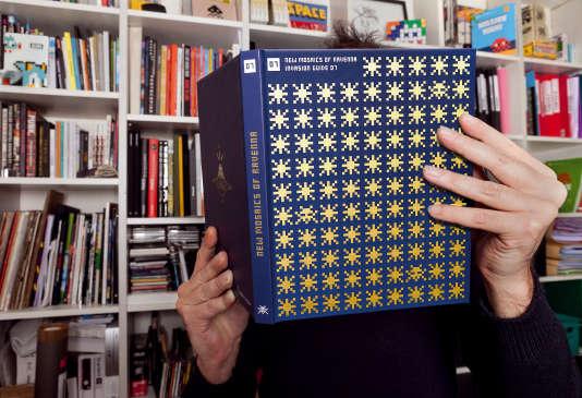 Autoportrait d'Invader devant son nouveau livre, «New Mosaics of Ravenna».