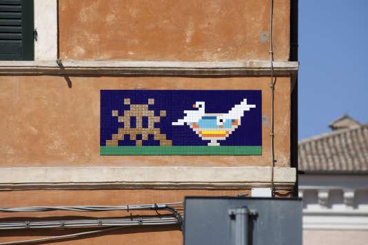 Invader salue, à Ravenne, en Italie, les mosaïques du Haut Moyen-Age pour lesquelles la ville est célèbre.