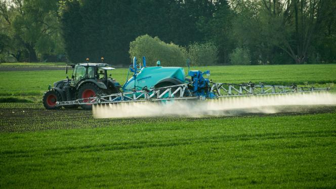 Pulvérisation de pesticides à Fromelles (Nord), le 9 mai 2016.