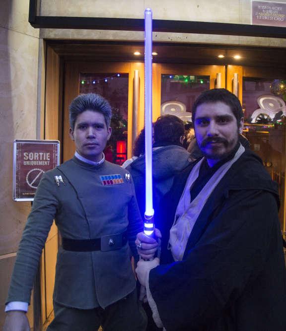 Un Jedi et un officier de l'Empire accueillaient les spectateurs de la première séance au Grand Rex, mercredi 13 décembre, à Paris.