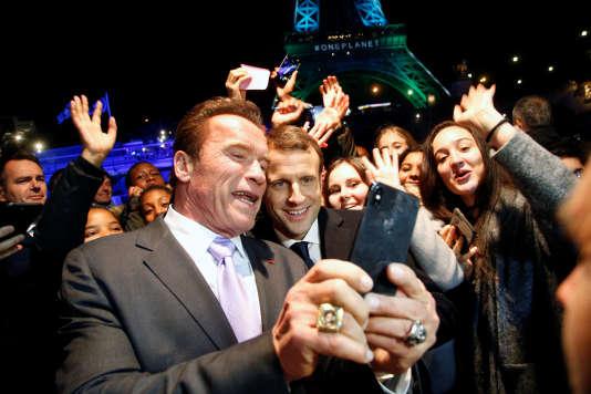 «Concrètement, les dégâts climatiques avérés seraient facturés aux Etats au prorata de leurs émissions. Libre ensuite à chaque Etat de se tourner vers sa population pour financer cette dette avec la politique climatique de son choix» (Emmanuel Macron et Arnold Schwarzenegger devant la tour Eiffel, le 12 décembre).