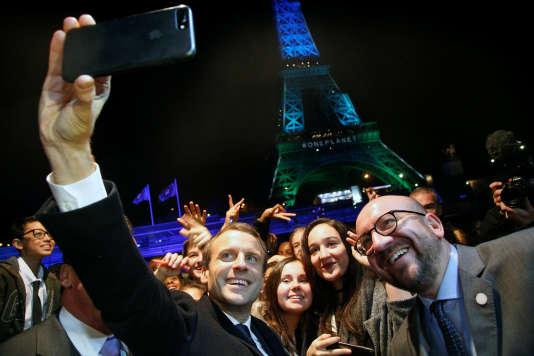 Emmanuel Macron prend un selfie avec le premier ministre belge, Charles Michel, devant la tour Eiffel à l'occasion du One Planet Summit, à Paris, le 12 décembre.