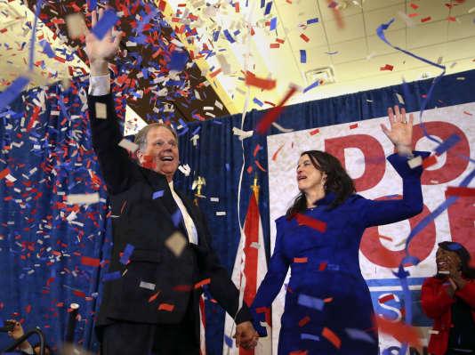 Doug Jones et son épouse Louise, le soir de son élection comme sénateur de l'Alabama, à Birmingham, le 12 décembre.