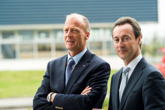 Tom Enders (à gauche), président exécutif d'Airbus, et son numéro deux, Fabrice Brégier, directeur général du groupe, à l'aéroport de Toulouse-Blagnac, en 2015.