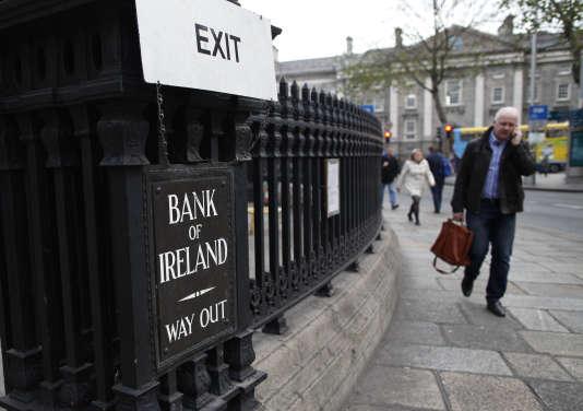 Devant la Banque d'Irlande, à Dublin, en décembre 2013.