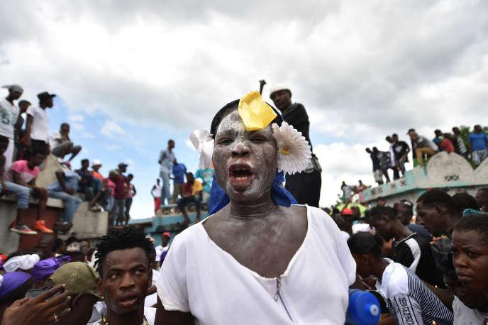 Des adeptes vaudous participent aux cérémonies honorant l'esprit vaudou haïtien du baron Samdi et de Gédé lors de la journée des morts au cimetière de Cité Soleil, à Port-au-Prince, en Haïti, le 1er novembre.