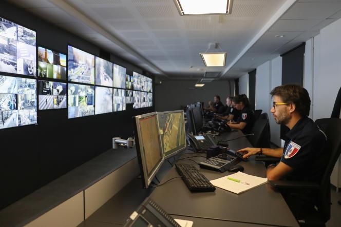 Nouveau centre de vidéoprotection urbaine de Bordeaux, de130 m2, doté de 18 écrans (contre 7 auparavant), formant un mur d'images.