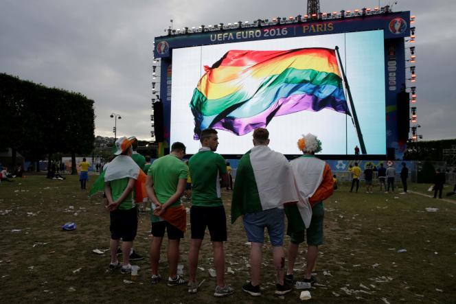 Un drapeau arc-en-ciel, symbole de la communauté LGBT, diffusé à Paris sur un grand écran lors de l'Euro2016 de football, en France.