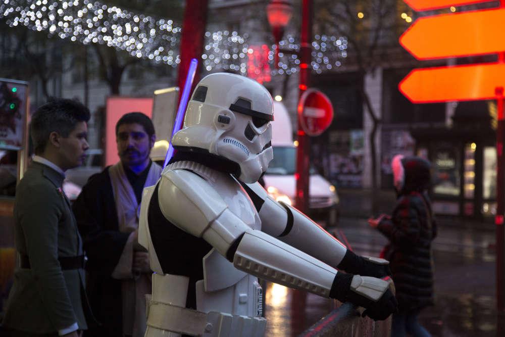 Quand on est fan de Star Wars, on sait se lever tôt et on ne craint pasla pluie. Vers huit heures trente, mercredi 13 décembre, ce «stormtrooper»attendait la première projection des« Derniers Jedi» devant le Grand Rex, à Paris.