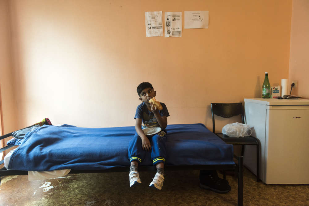 Helam a 8 ans et vit sur le territoire français depuis un an. Il parle français couramment et se dit heureux de retrouver ses amis en Albanie.