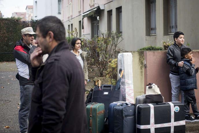 Une famille albanaise dans un centre de préparation au retour volontaire à Lyon, le 29 novembre.