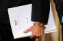 Le rapport sur le dossier Notre-Dame-des-Landes, réalisé par trois médiateurs, lors de sa remise au premier ministre à Matignon, le 13 décembre .